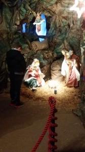 I bambini visitano la grotta